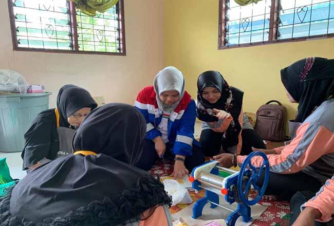 Pertamina RU II latih kelompok masyarakat Anggrek Maju Bersama Kelurahan Teluk Binjai Kota Dumai mengolah labu menjadi makanan dengan nilai ekonomi yang tinggi.