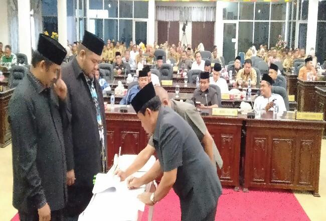 Bupati Sukiman menandatangi nota kesepakatan KUA PPAS RAPBD 2019, dengan Ketua DPRD dan wakil ketua, disaksikan 33 anggota DPRD dalam sidang paripurna.