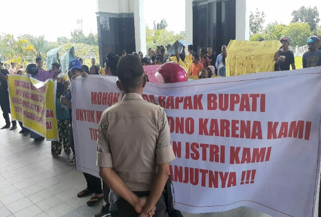 Massa dari Kampung Langkai datangi DPRD Siak.