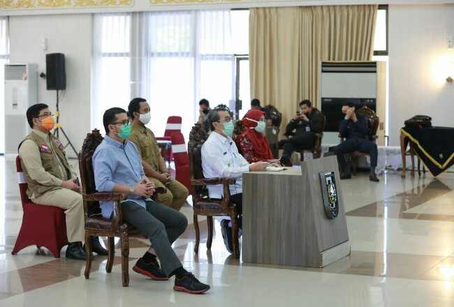 Gubernur Riau Syamsuar saat Vidcon menerima bantuan PCR dari Temasek Foundation Singapura.