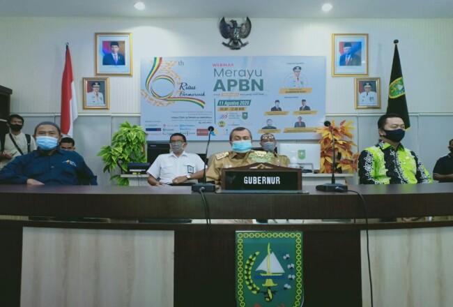Gubernur Riau Syamsuar saat membuka Webinar Merayu APBN untuk Infrastruktur Riau yang Lebih Baik yang ditaja AMSI, Selasa (11/8/2020) di Riau Command Center.