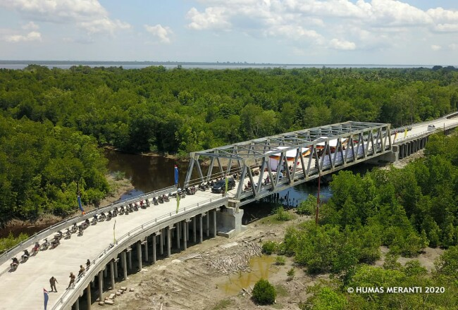 Tampak dari udaraJembatan Usman Samad berdiri dengan kokohnya. Jembatan ini digadang-gadangkan sebagai simbol kebangkitan ekonomi warga. Foto: Humas Pemkab Kepulauan Meranti