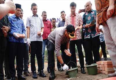 Kapolres Pelalawan, AKBP M. Hasyim Risahondua meletakan batu pertama dalam rangka pembangunan Mako Polsubsektor Pelalawan di Desa Lalang Kabung, Kecamatan Pelalawan, Pangkalan Kerinci, Selasa (1/10/2019).