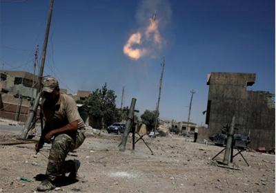 Anggota pasukan reaksi cepat Irak menembakkan mortar kepada posisi militan ISIS di barat Mosul, Irak. FOTO: REUTERS/Alkis Konstantinidis