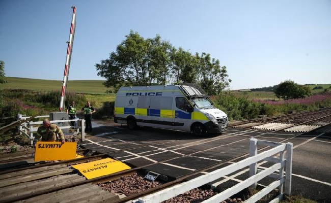 Seorang pria hampir tertabrak kereta saat hendak menyeberang perlintasan kereta di East Yorkshire, Inggris. FOTO: Bordes Countries