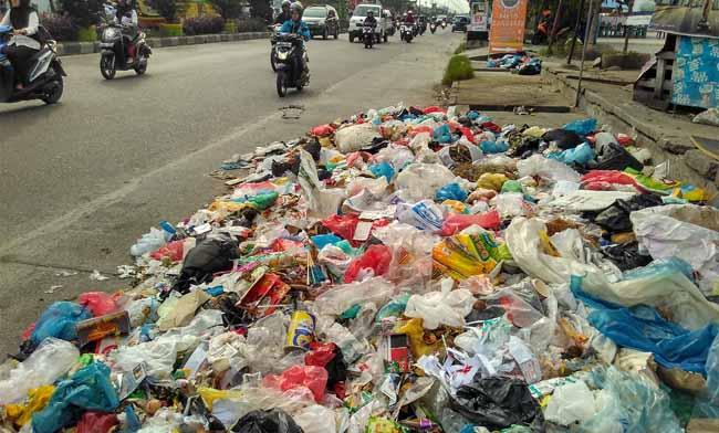Tumpukan sampah di Pekanbaru.