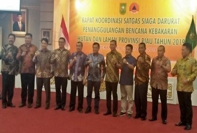 Foto bersama saat rapat koordinasi Satgas Siaga Darurat Penanggulangan Bencana Karhutla Riau Tahun 2019 di Balai Balai Pauh Janggi.