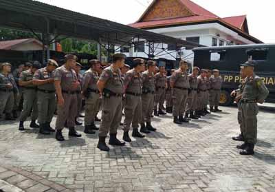 Satpol PP Riau menerjunkan personelnya dalam mengamankan unjuk rasa mahasiswa di DPRD Riau.