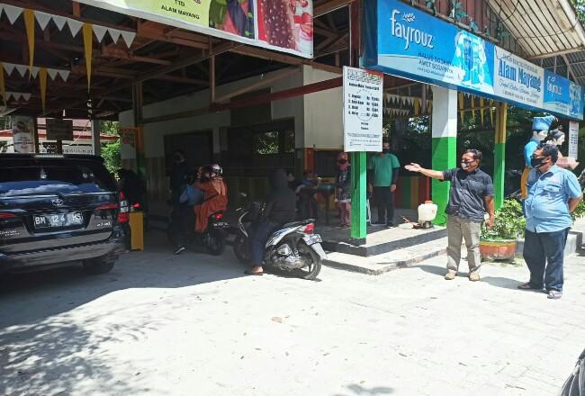 Plt Kadispar Riau Raja Yoserizal Zen saat meninjau objek wisata Alam Mayang, Minggu (31/5/2020). Foto: Riaupos