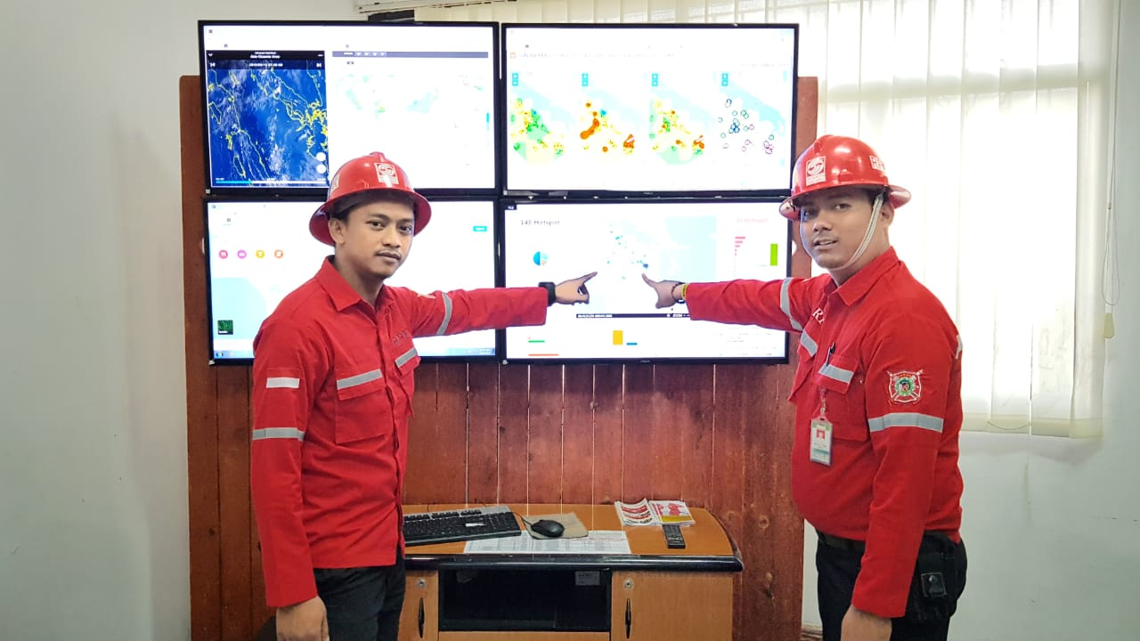 Incident Commander APP Sinar, Decha dan Koordinator TRC, Angga menganalisa info satelit melalui layar monitor yang bekerja selama 24 jam