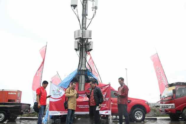 Tim Network Operation Telkomsel saat melakukan pemantauan jaringan komunikasi untuk kelancaran komunikasi seluruh pelanggan di Perayaan Puncak Sail Sabang 2017.