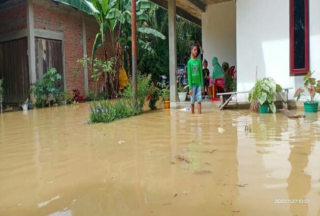 Ratusan rumah warga di Desa Lubuk Napal dan Teluk Aur Kecamatan Rambah Samo kebanjiran, akibat meluapnya air Sungai Duo.