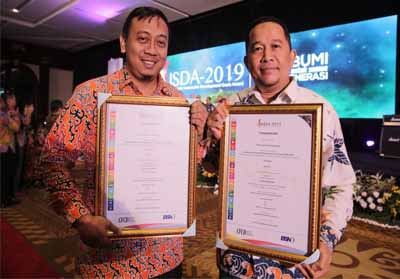 Penyerahan penghargaan oleh Corporate Forum For Community Development (CFCD) dalam ajang Indonesian Sustainability Development Goals Award (ISDA) 2019 kepada manager CD PT RAPP.
