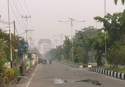 Terlihat kabut asap menyelimuti Kota Tembilahan di Jalan Swarna Bumi pagi tadi.