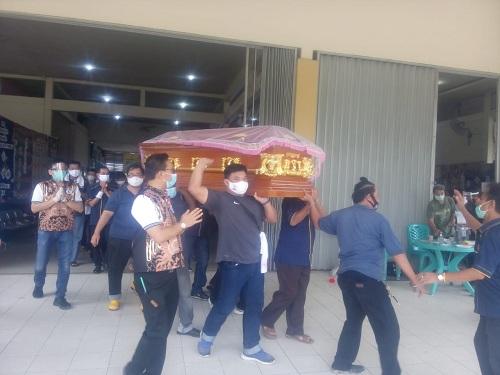 Jenazah Anton Tanusina dibawa menuju mobil selanjutnya dikebumikan di Pemakaman Umban Sari, Rumbai.