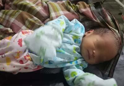 Bayi diduga dibuang orang tuanya di teras warga Rumbai.