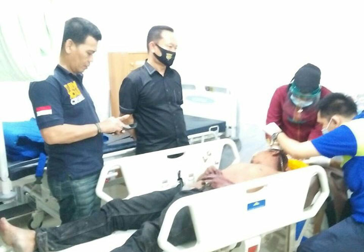 Kapolsek Bukitraya Kompol Bainar saat melihat kondisi pelaku pencurian yang dihajar massa di RS Bhayangkara Polda Riau. Minggu (5/7/2020). FOTO: Riaupos.