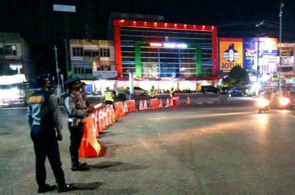 Petugas kepolisian yang berjaga di area terapkan PSBM Pekanbaru.