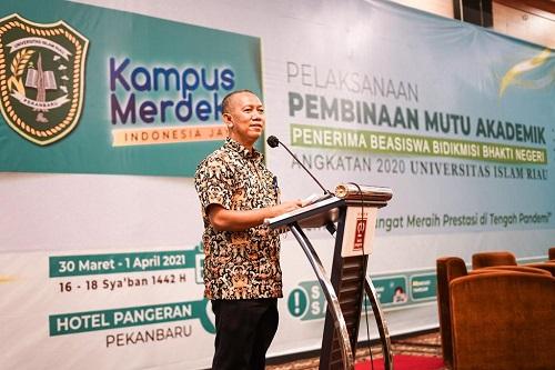 Rektor UIR Prof Syafrinaldi menyampaikan sambutan dalam acara Pembinaan Mutu Akademik Penerima Beasiswa Bidikmisi Bhakti Negeri Pemprov Riau
