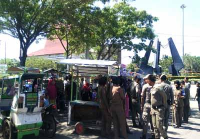 Petugas Satpol PP dan Damkar, amankan pedagang kaki Lima di kawasan depan gerbang masuk ke perkantotan Pemkab Rohul.