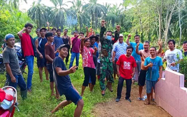 Pemuda desa, masyarakat, Bhabinkamtibmas Polsek Rambah, Babinsa 02/Rambah, gelar goro bersama bersihkan TPU di DK II Desa Pasir Maju, Rambah.