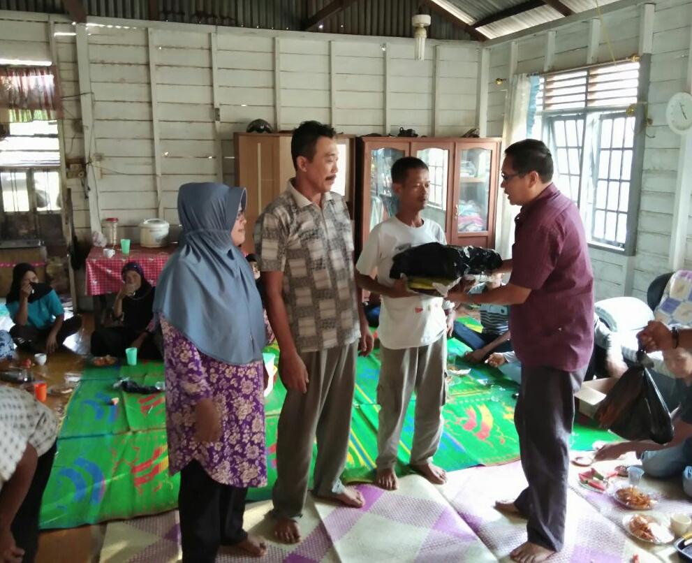 Ketua DPRD Bengkalis Abd Kadir menyerahkan bantuan sembako dalam kunkernya di Desa Pambang Baru