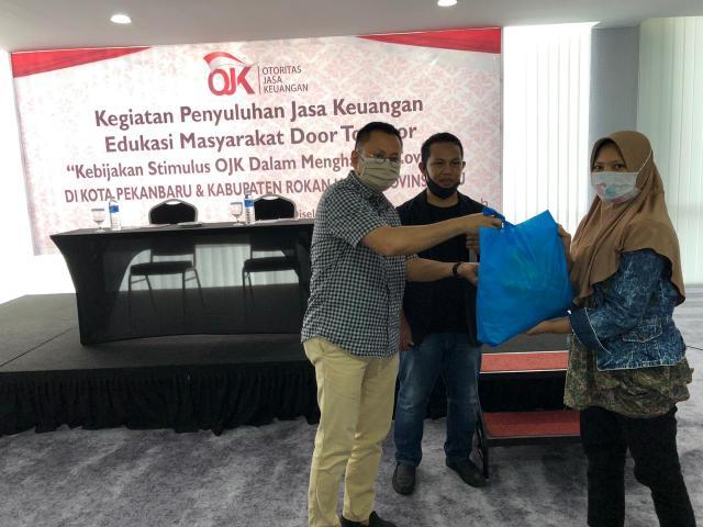 Penyuluhan jasa keuangan bersama OJK mengenai Kebijakan Stimulus OJK bagi masyarakat terdampak Covid-19, Sabtu (25/7/2020) di Pekanbaru, Riau.