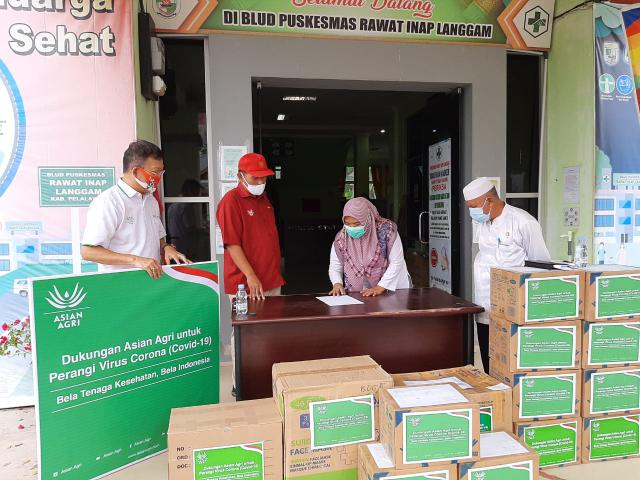 Penanda tanganan berita acara penyerahan APD dari Asian Agri ke Puskesmas Langgam.
