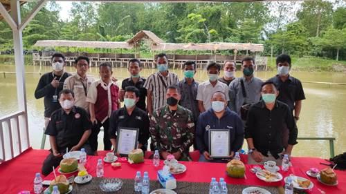 Dandim 0321/Rohil, Letkol Arh Agung Rachman Wahyudi foto bersama awak media di Kabupaten Rohil.