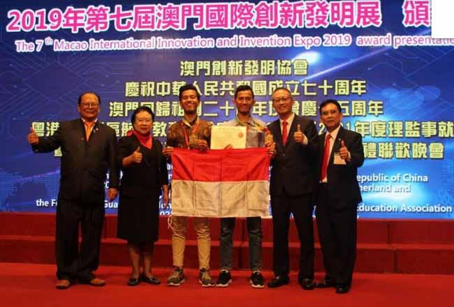 Foto bersama usai menerima penghargaan.