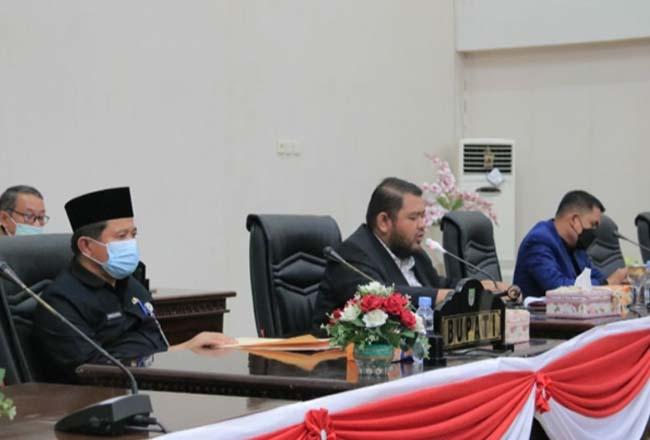 Sekda Abdul Haris, menghadiri sidang paripurna mengenai jawaban Pemkab Rohul terhadap pandangan fraks terkait pengajuan tiga Ranperda.