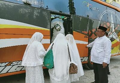 Wawako Dumai Eko Suharjo SE melepas keberangkatan jemaah haji dari Embarkasi antara provinsi Riau menuju Dumai.