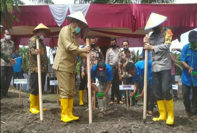 "Bupati Sukiman, Kapolres Rohul AKBP Dasmin Ginting dan pejabat Forkompinda, hadiri launching program ""JagoKampong"" di Desa Rantau Sakti, Kecamatan Tambusai Utara."