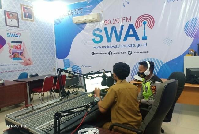 Polres Inhu saat sosialisasi dan lakukan imbauan di Radio SWAI FM.