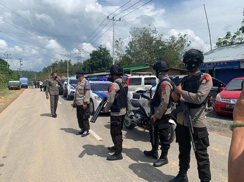 Petugas menjaga pos penyekatan mudik di perbatasan Riau-Sumbar.