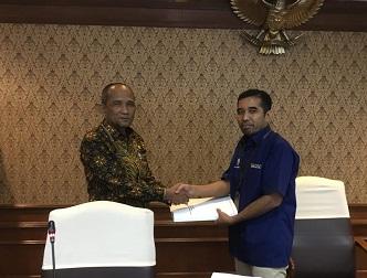 Penyerahan Dokumen Evaluasi Jabatan Anjab ABK yang sudah divalidasi oleh Sekda Kabupaten Pelalawan T.Mukhlis ke Asdep V Bidang Kesejahteraan SDM Aparatur Kemenpan RB RI di Kemenpan RB RI Jakarta.