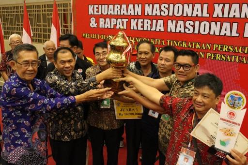 Ketua Panitia Lim Hok Nen menyerahkan Piala Bergilir Kejurnas PEXI XVII kepada Tim Riau yang meraih juara di Singkawang.