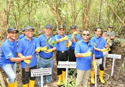 Direktur BPEE KLHK Tandya Tjahjana (keenam dari kiri), Sekda Provinsi RiauAhmad Hijazi (keempat dari kiri) dan Sr VP Corporate Affairs PT CPI Wahyu Budiarto (ketiga dari kiri) melakukan penanaman pohon mangrove dalam peluncuran Program Pengembangan Pengelolaan Kawasan Pesisir Riau di Bandar Bakau, Dumai, Sabtu, (27/7).