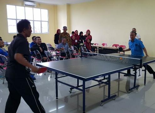 Rektor UIR Syafrinaldi bermain tenis meja dalam rangka Milad UIR ke 57