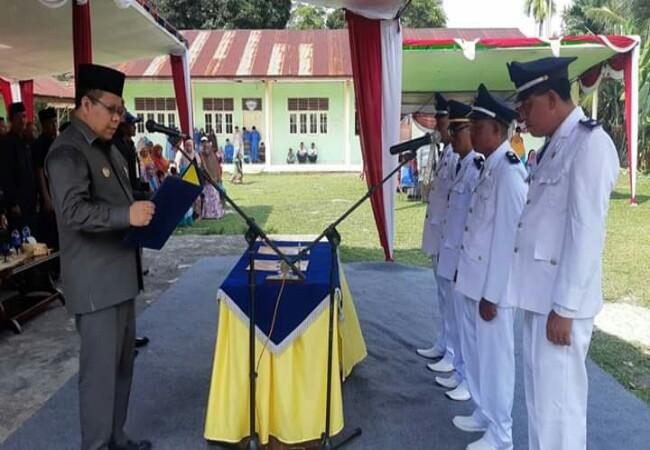 Bupati Meranti Irwan Nasir melantik kepala desa di Kecamatan Tasik Putripuyu.