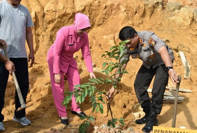 Polres Inhu menggelar penanaman 5.000 pohon.