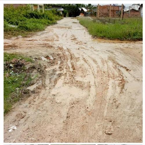 Kondisi Jalan Pemda Gang Alfagurih ujung tembusan Jalan Pinang menuju Jalan Wajib Senyum usai hujan deras.