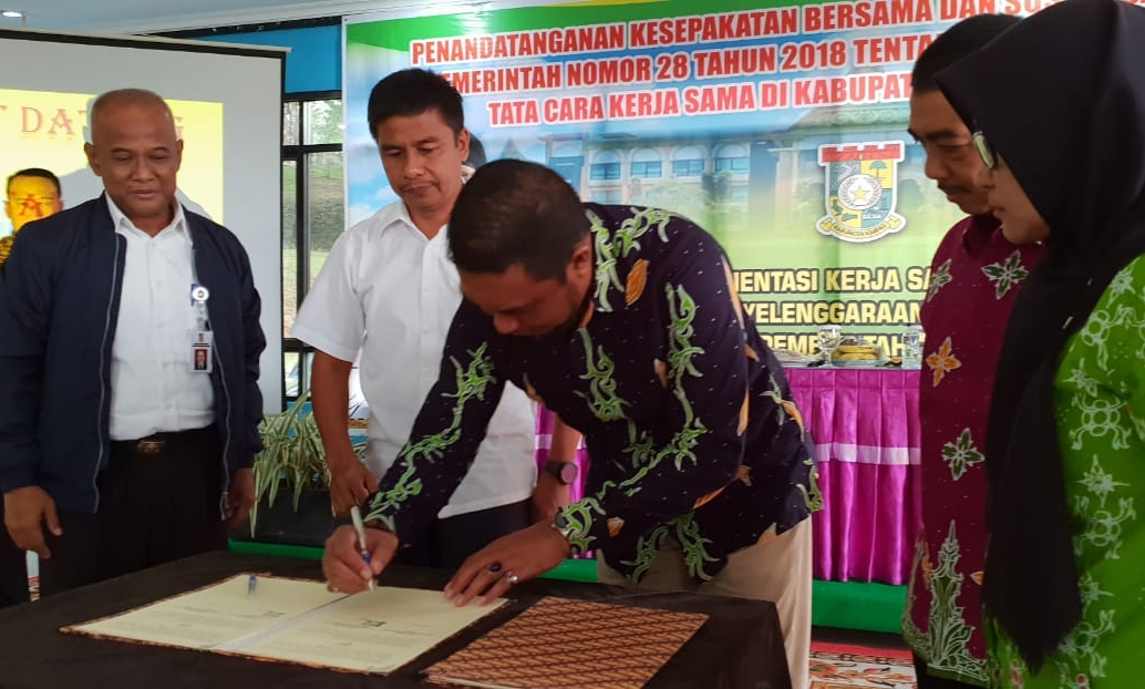 PT RAPP yang diwakili Direktur CD RAPP,  Marzum menandatangau MoU Progtam School Improvement bersama Pemkab Kampar.