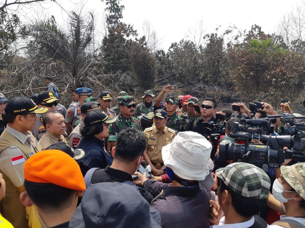 Menteri Lingkungan Hidup dan Kehutanan, Siti Nurbaya Bakar bersama rombongan