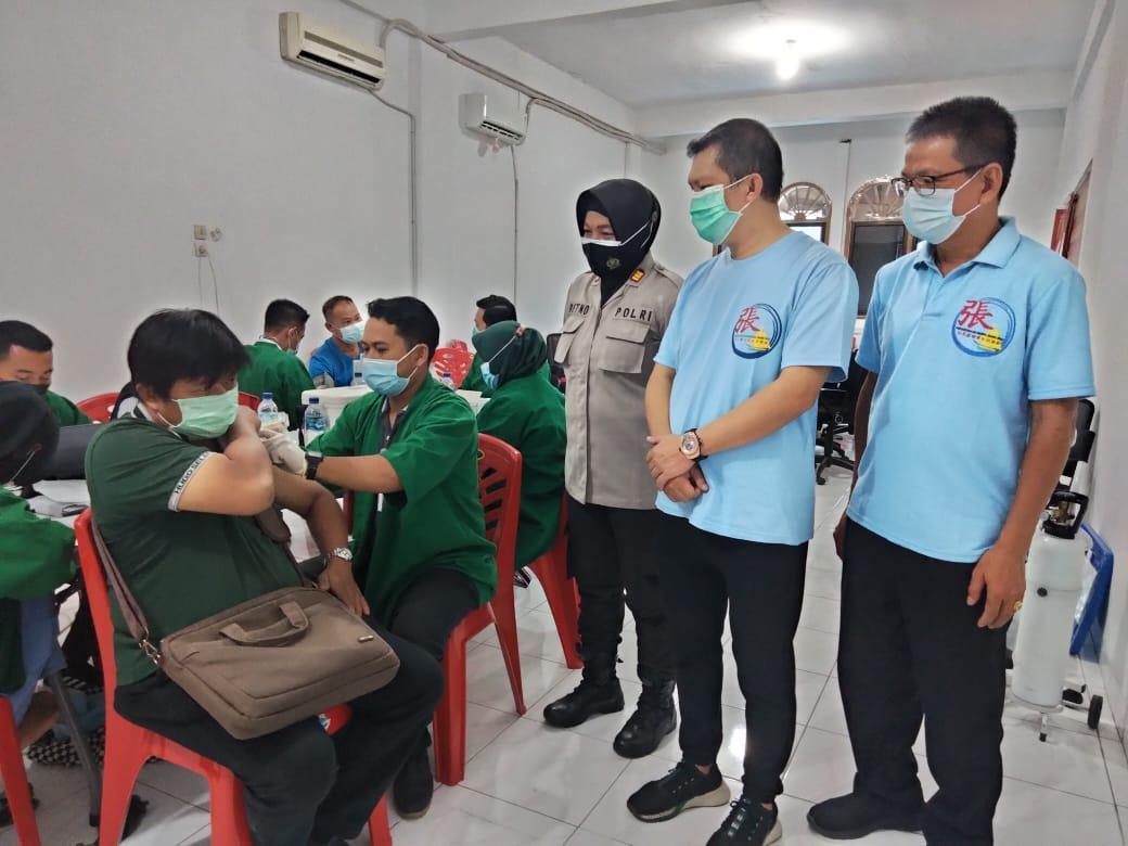 Keluarga besar Marga Zhang Riau saat vaksinasi Covid-19 tahap pertama di Sekretariat Marga Zhang Riau Jalan Yos Sudarso, Pekanbaru, Rabu (7/4/2021).