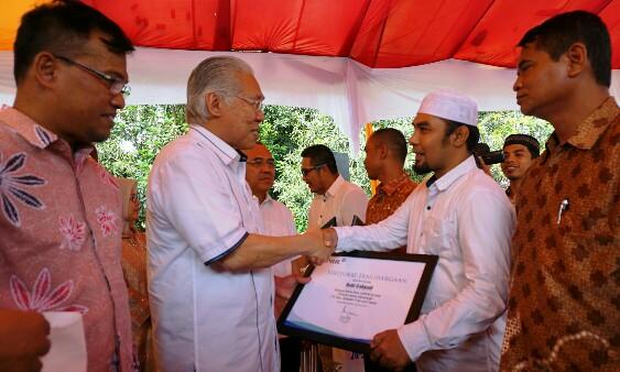 Robi Cahyadi (berpeci putih) menerima penghargaan CSR Award yang diberikan langsung oleh Menteri Perdagangan Enggartiasto Lukita beberapa waktu lalu.