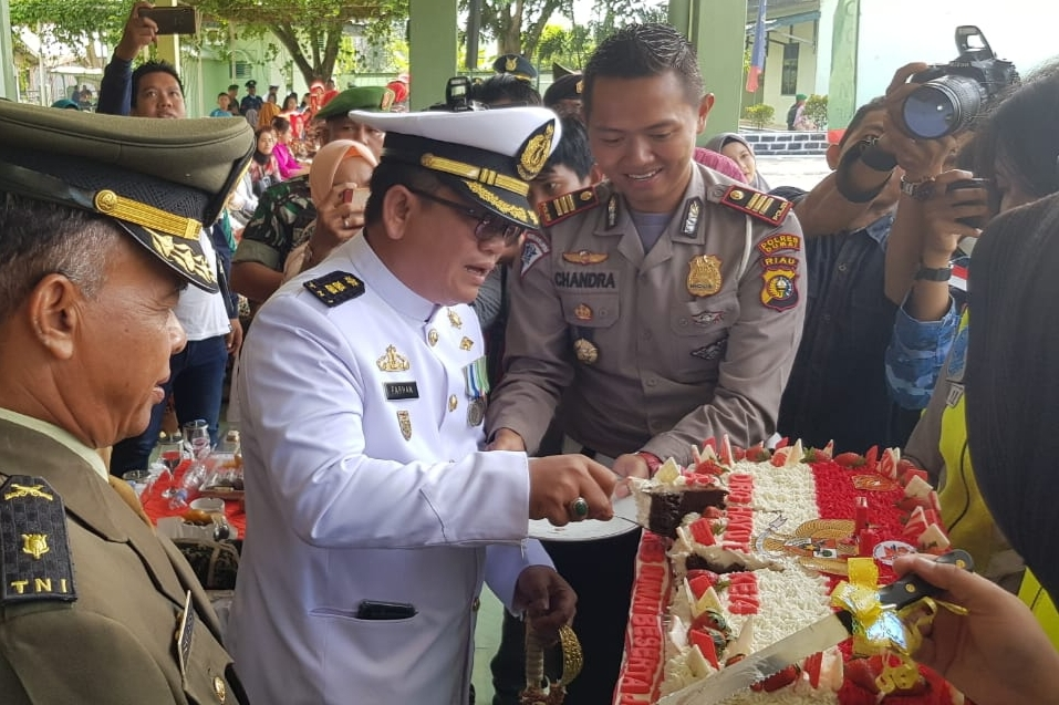Kasat Lantas Polres Dumai AKP Agustinus Chandra P, SIK menyerahkan kue ulang tahun Sempena HUT TNI