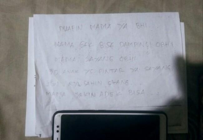 Secarik surat diduga ditulis ibu rumah tangga di Pekanbaru yang ditemukan tewas gantung diri. Foto: Antara
