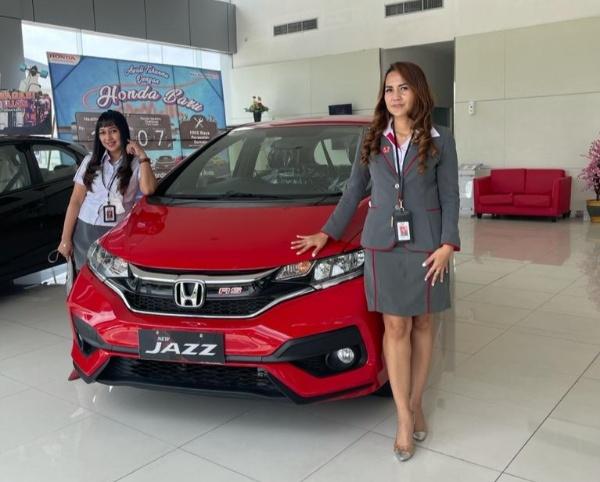 Sales counter HSH disamping Honda Jazz