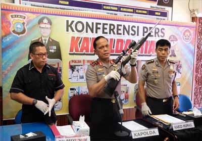 Kapolda Riau saat memperlihatkan barang bukti.
